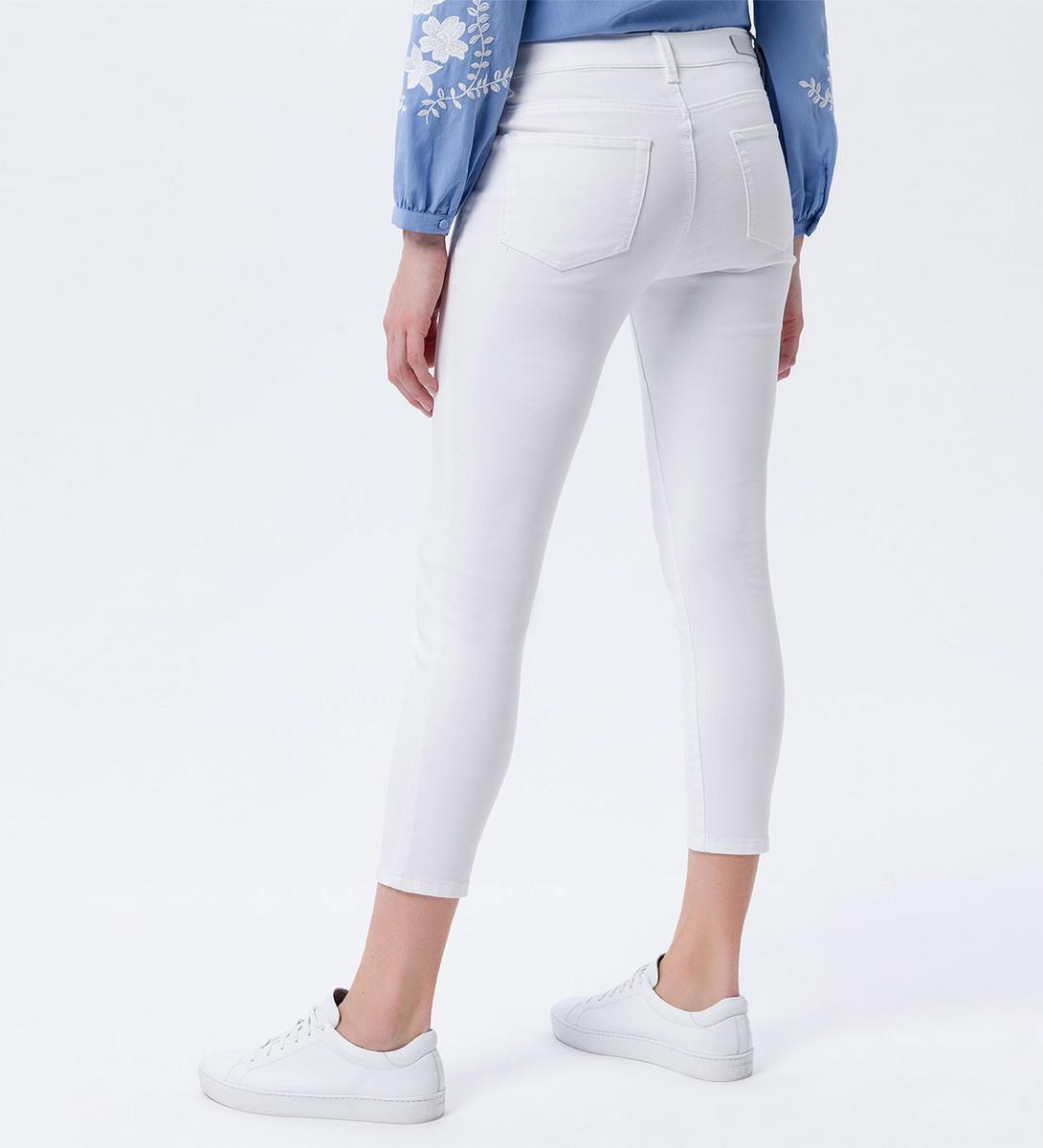 Jeans in unifarbener Optik in white