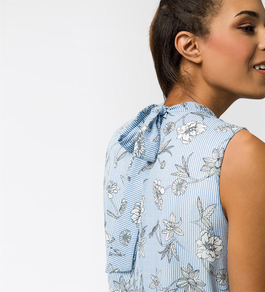 Kleid im klassischen Design in water blue