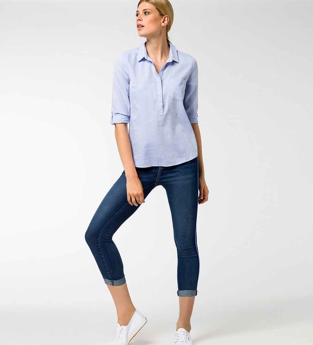 Bluse mit verkürzter Knopfleiste in azur blue