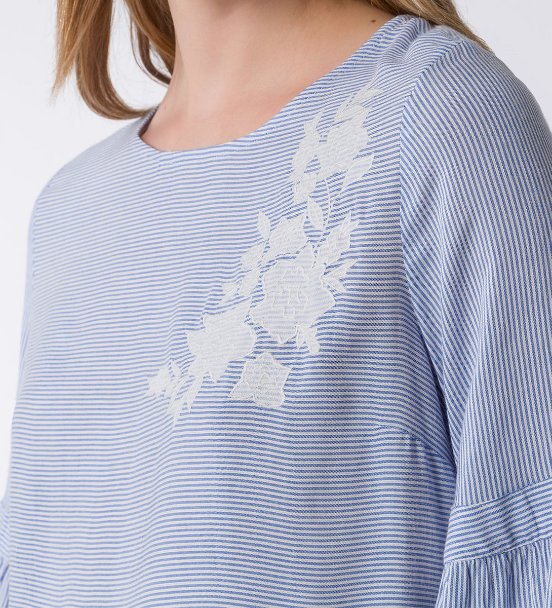 Bluse mit floraler Stickerei in arctic blue
