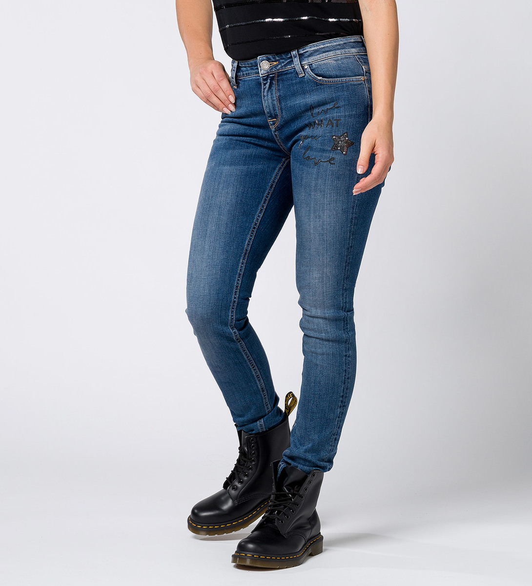 Size 32 in jeans is not equal to size 7. In general, size 32, which is the waist size in inches, is the same as a size 12 or 14 for American blue jeans. A size 7 falls at an equivalent size of about 28 or