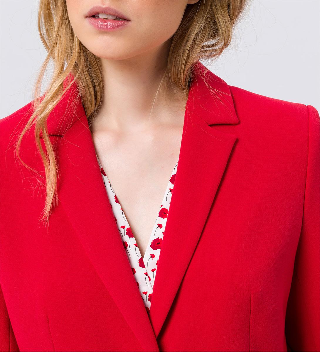 Mantel im klassischen Design in chili red