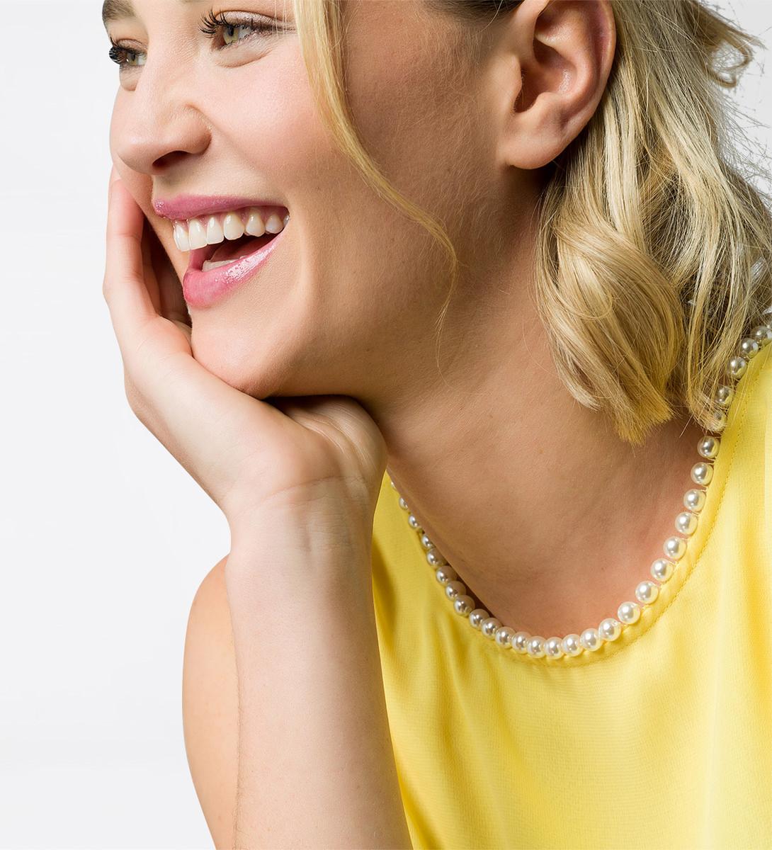 Kleid mit Perlen am Ausschnitt in lemon