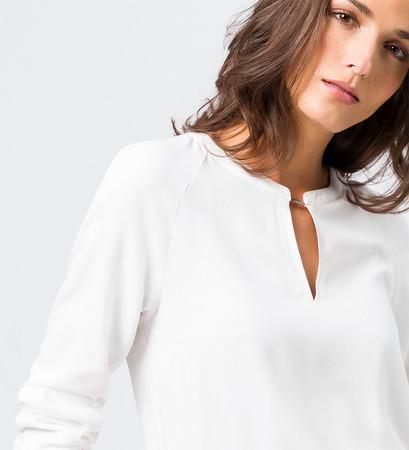 Bluse mit dekorativem Ausschnitt in offwhite