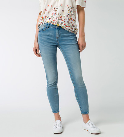 Jeans mit Stretch in light blue bleached
