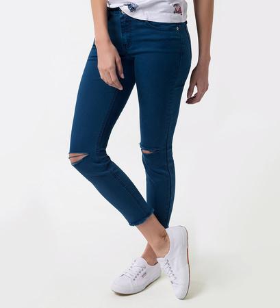 Jeans mit Destroyed-Elementen in pacific blue