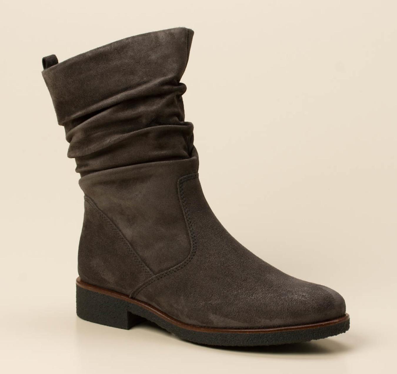 Mit diesem stylischen Stiefel aus braunem, weichen